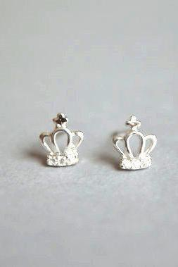 Silver stud earrings, crown shape design (D133)