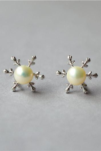 Silver snowflake pearl stud earrings, 925 sterling silver, super beautiful for winter, Christmas gift jewelry (D358)