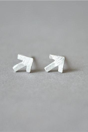 Tiny arrow sterling silver stud earring, small mini post minimalist arrow stud earrings (D298)