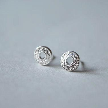 Round Sterling Silver stud earrings, with a sign pattern of the sun (D119)